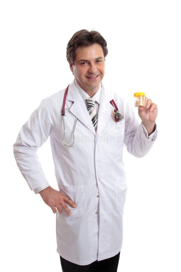Doctor o farmacéutico con la medicina de la prescripción. imagen de archivo
