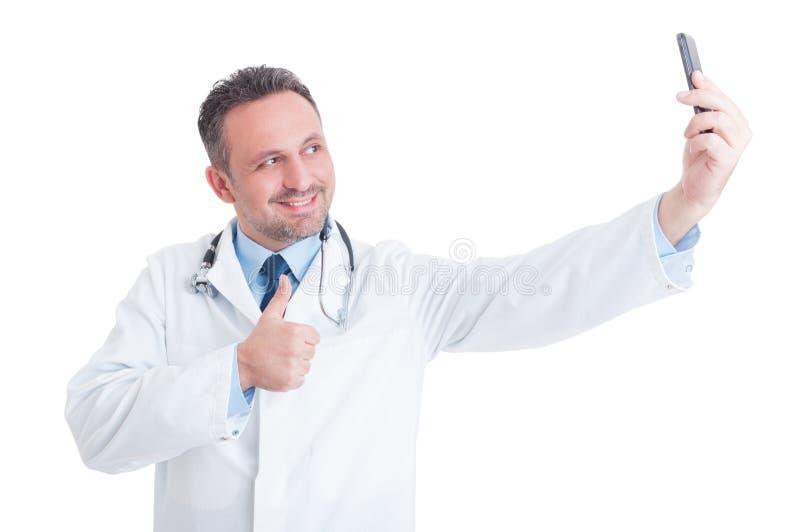 Doctor o médico confiado y acertado que toma un selfie imagen de archivo