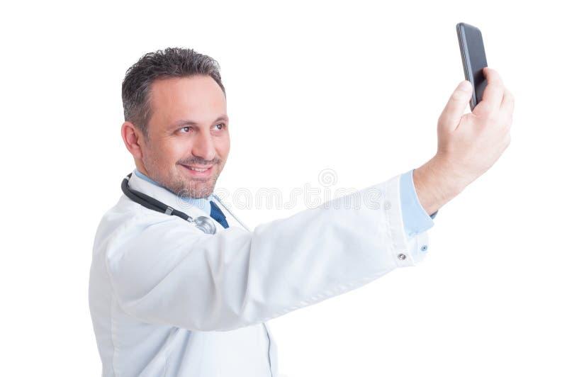 Doctor o médico hermoso que toma un selfie con la cámara delantera foto de archivo libre de regalías