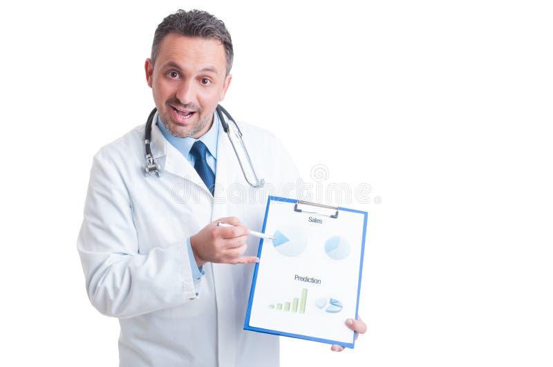 Doctor o médico que presenta el tablero con las ventas y la predicción c fotografía de archivo libre de regalías