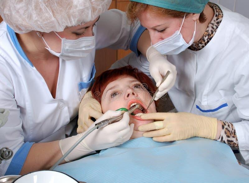 Doctor para perforar un diente imagen de archivo