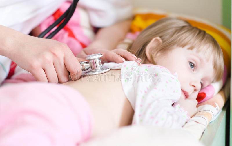 Doctor pediátrico que examina al pequeño bebé foto de archivo libre de regalías
