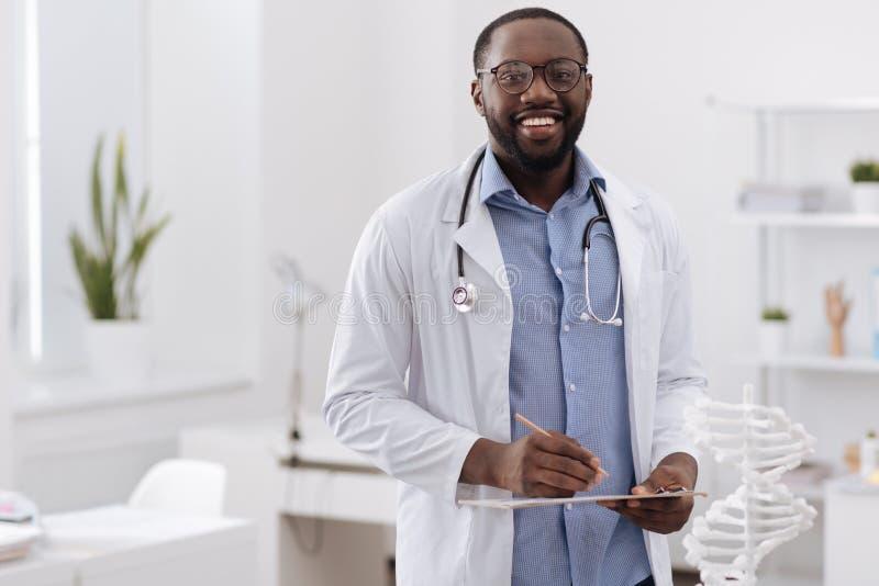 Doctor profesional hermoso que le mira imágenes de archivo libres de regalías