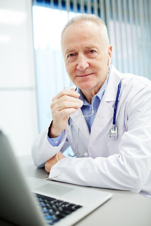 Doctor profesional moderno contento imagen de archivo