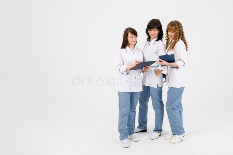 Doctor profesional que trabaja en oficina del hospital con las enfermeras Concepto m?dico del servicio del personal del instituto imágenes de archivo libres de regalías