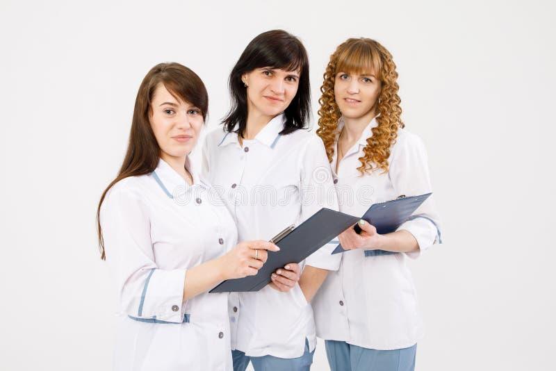 Doctor profesional que trabaja en oficina del hospital con las enfermeras Concepto m?dico del servicio del personal del instituto fotografía de archivo libre de regalías