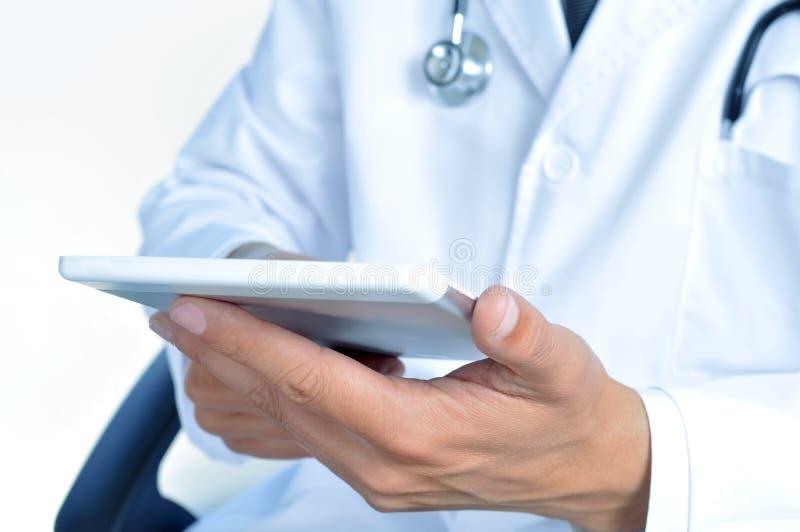 Download Doctor Que Comprueba Hacia Fuera El Suyo Tableta Foto de archivo - Imagen de examinación, desorden: 41910186