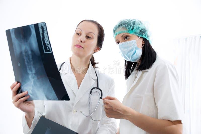 Doctor que comprueba imagen de la radiografía imágenes de archivo libres de regalías