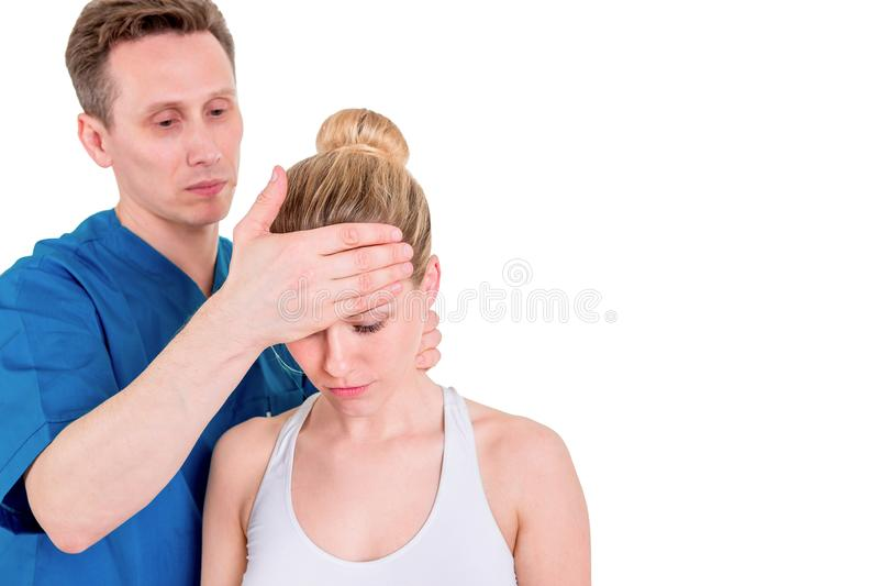 Doctor que comprueba la temperatura de una chica joven, tocando su frente, espacio de la copia fotografía de archivo libre de regalías