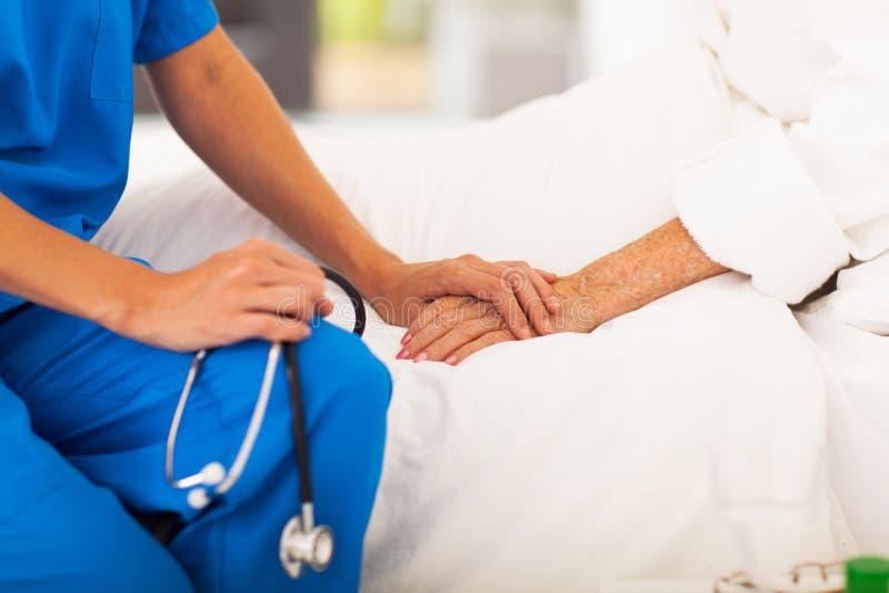 Doctor que conforta al paciente imágenes de archivo libres de regalías