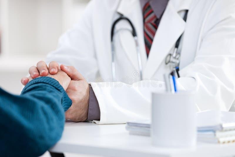 Doctor que conforta al paciente fotografía de archivo libre de regalías