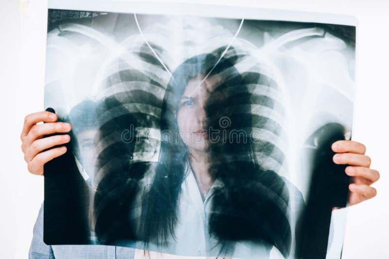 Doctor que controla imagen de la radiografía foto de archivo libre de regalías