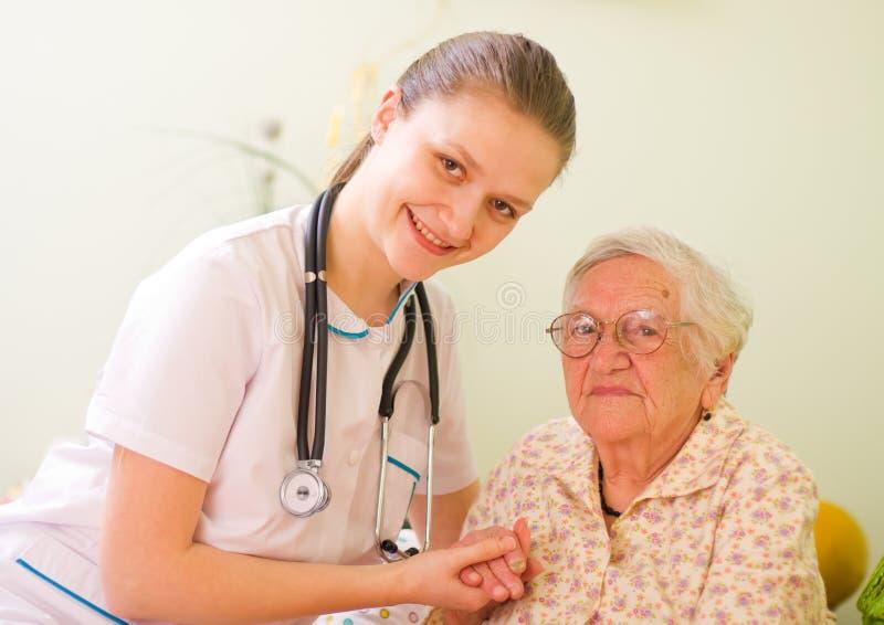 Doctor que cuida con la mujer mayor imagen de archivo libre de regalías