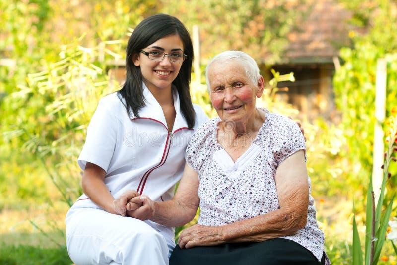 Doctor que cuida con la mujer mayor fotografía de archivo libre de regalías