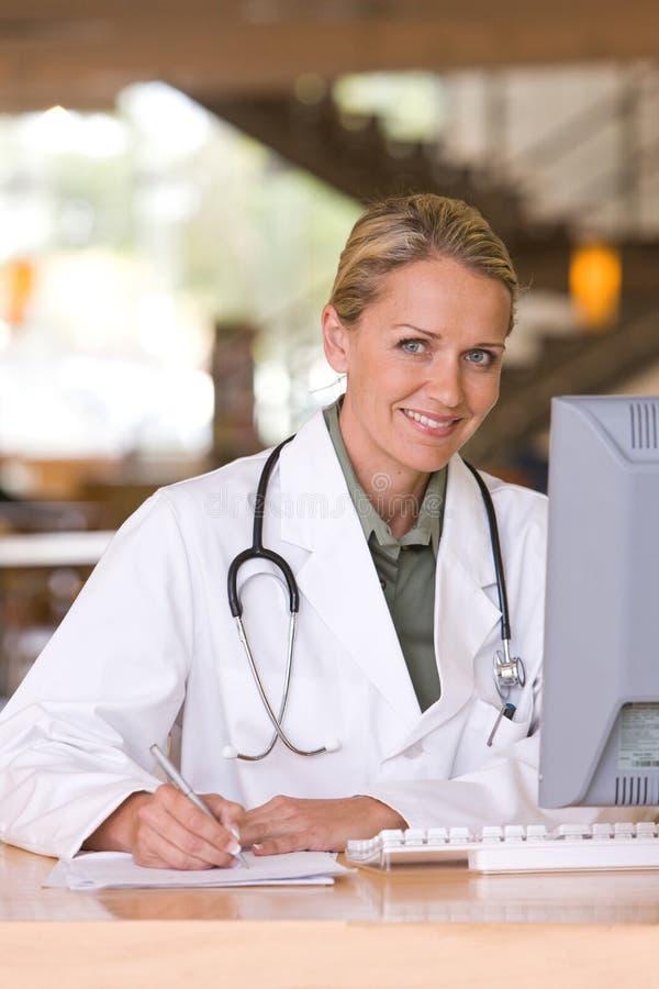 Doctor que cuida joven atractivo fotos de archivo libres de regalías