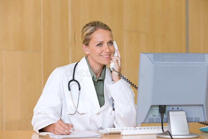 Doctor que cuida joven atractivo imagen de archivo libre de regalías