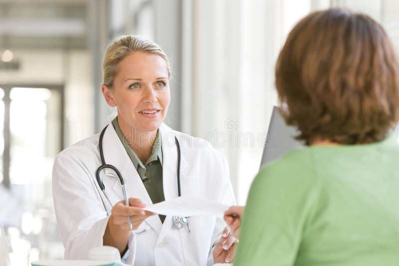 Doctor que cuida joven atractivo foto de archivo libre de regalías