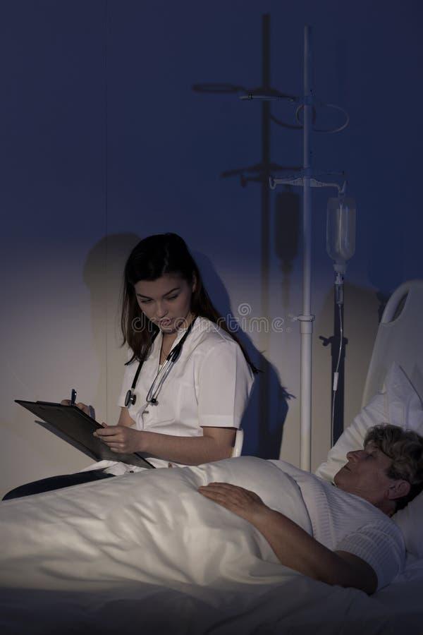 Doctor que cuida sobre terminal paciente fotos de archivo