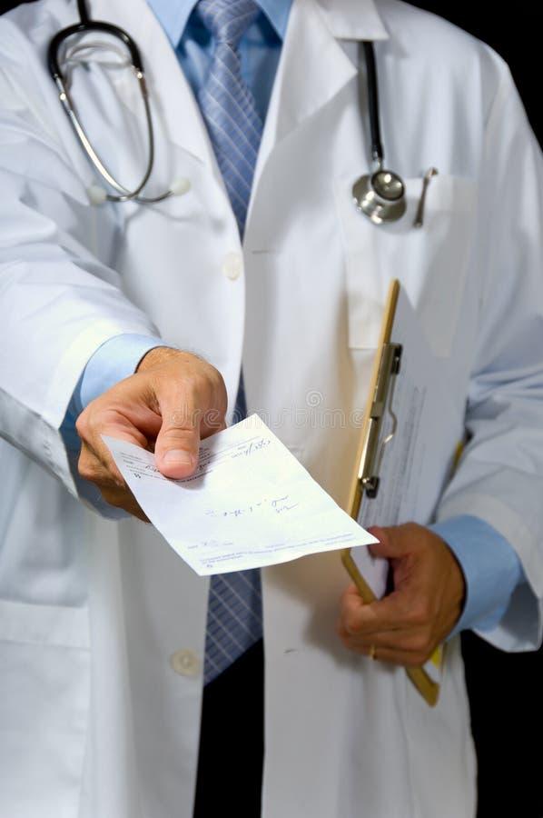 Doctor que da el presription foto de archivo libre de regalías