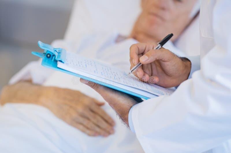Doctor que escribe notas médicas imagen de archivo libre de regalías