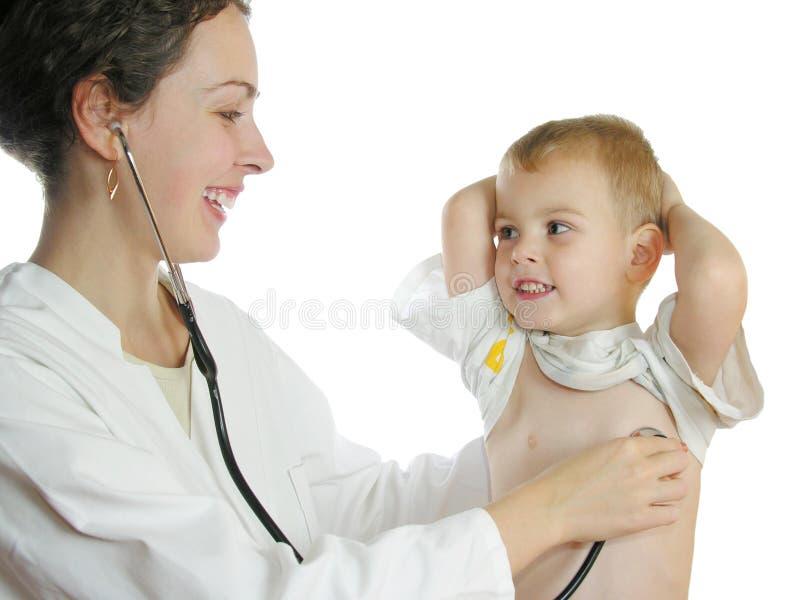 Doctor que evalúa al muchacho foto de archivo