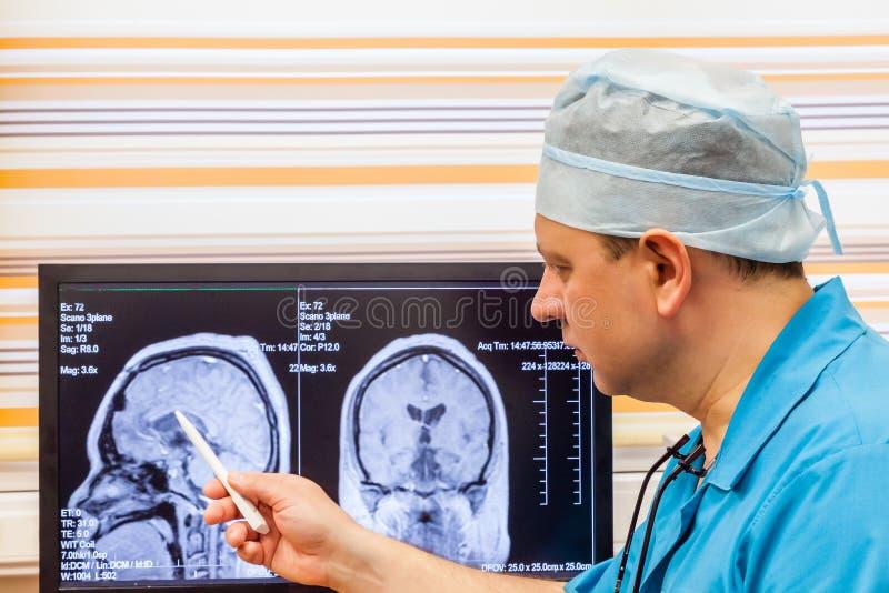 Doctor que examina una exploración de MRI imagen de archivo