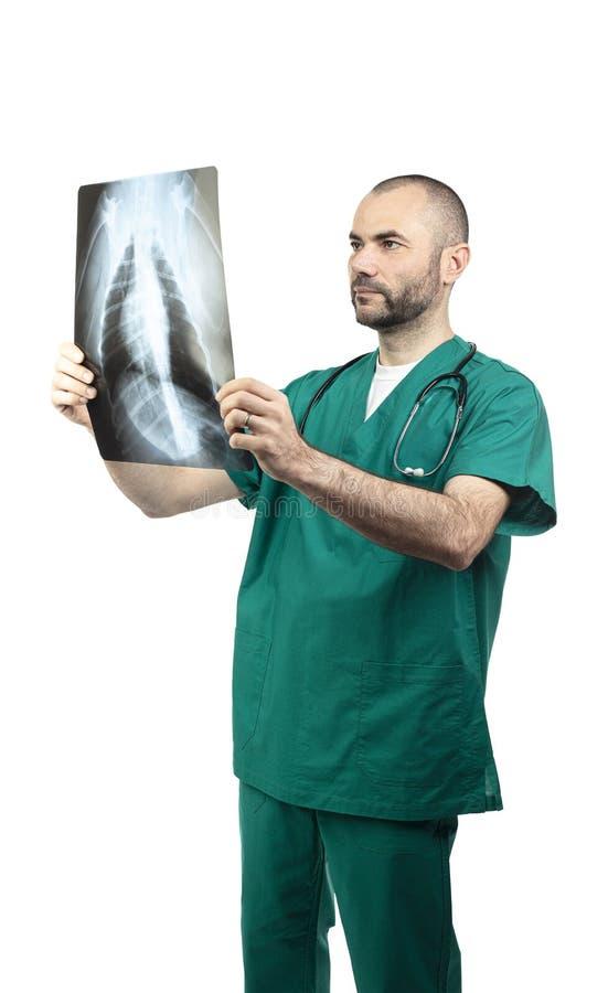 Doctor que examina una radiografía del pecho fotos de archivo libres de regalías
