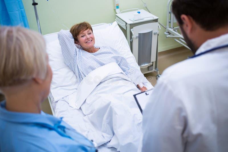 Doctor que habla con un paciente mayor fotos de archivo libres de regalías