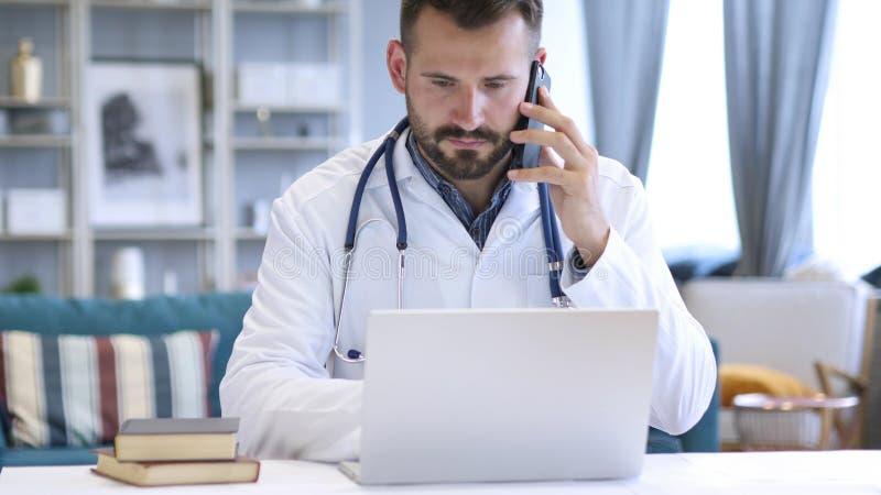 Doctor que habla en el teléfono con el paciente foto de archivo libre de regalías