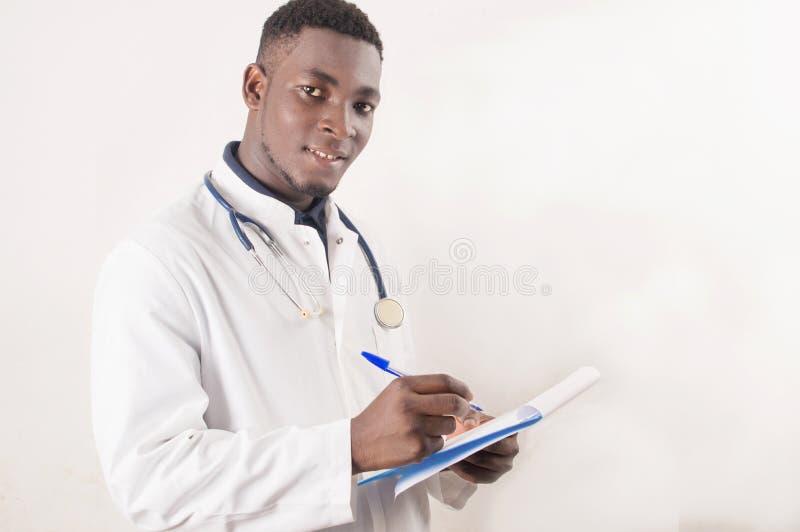 Doctor que llena el formulario m?dico imagen de archivo libre de regalías