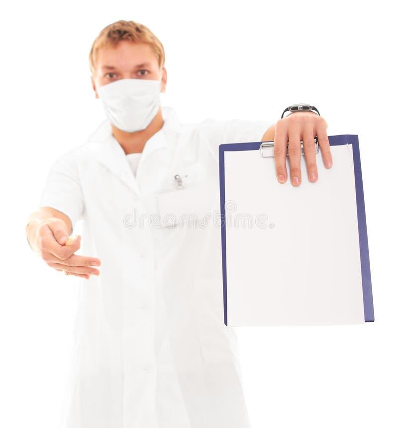 Doctor que lleva a cabo la carta en blanco aislada en blanco imagen de archivo