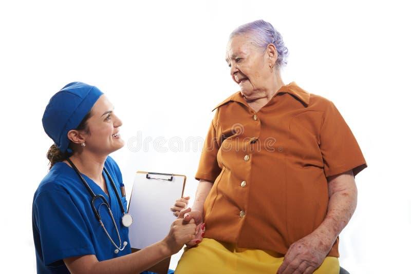 Doctor que lleva a cabo la vieja mano de los pacientes fotos de archivo