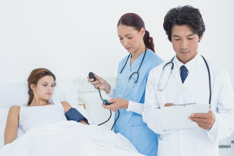 Doctor que lleva a cabo una carta médica imagenes de archivo