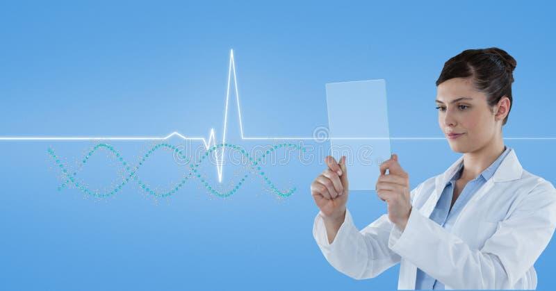 Doctor que mira el rastro del pulso a través de la pantalla transparente fotografía de archivo