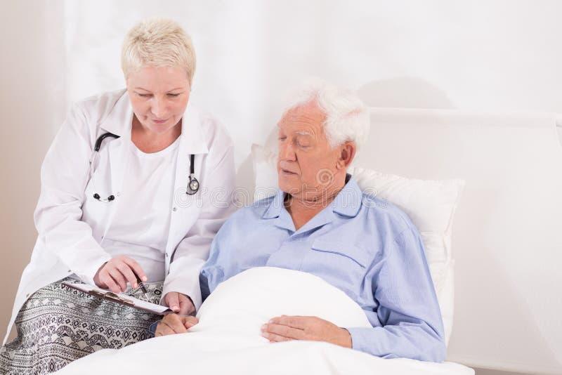 Doctor que muestra el resulst del examen médico fotografía de archivo