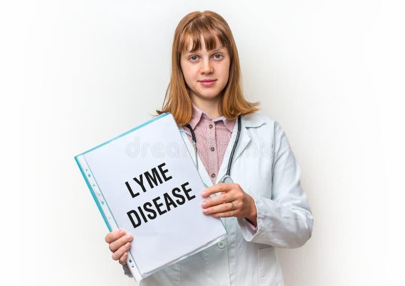Doctor que muestra el tablero con el texto escrito: Enfermedad de Lyme foto de archivo libre de regalías