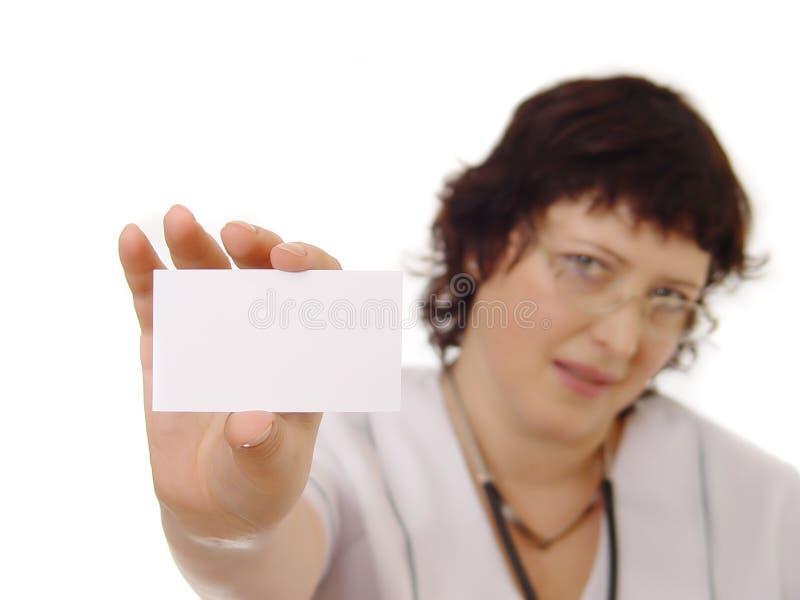 Doctor que muestra la tarjeta en blanco fotos de archivo