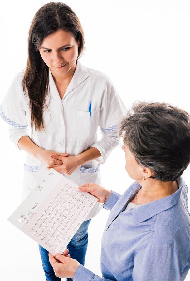 Doctor que muestra un latido del corazón de ECG fotografía de archivo