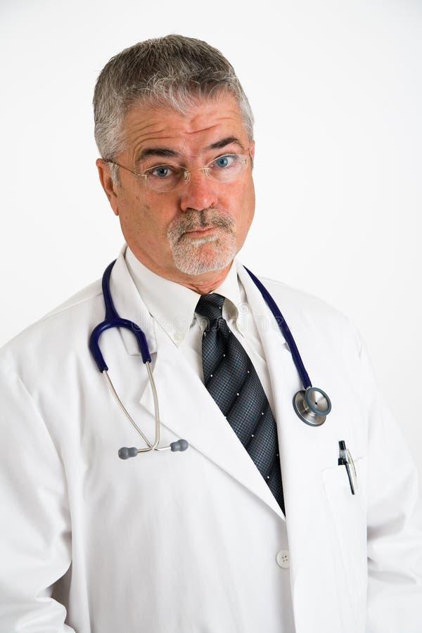 Doctor que parece tratado fotografía de archivo