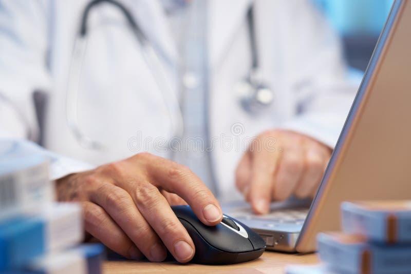 Doctor que prepara la prescripción en línea del Internet fotografía de archivo libre de regalías