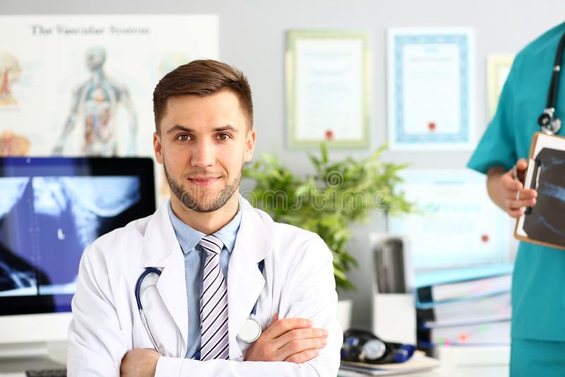 Doctor que presenta en gabinete de la clínica foto de archivo
