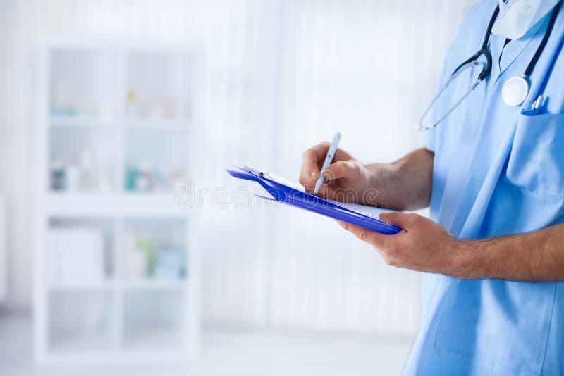 Doctor que rellena el impreso médico fotos de archivo libres de regalías