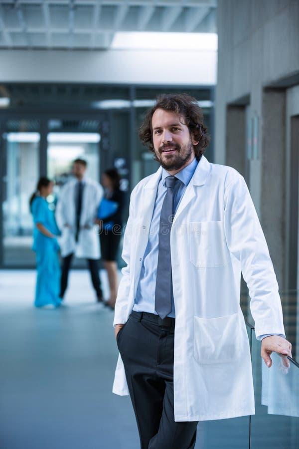 Doctor que se coloca en hospital foto de archivo