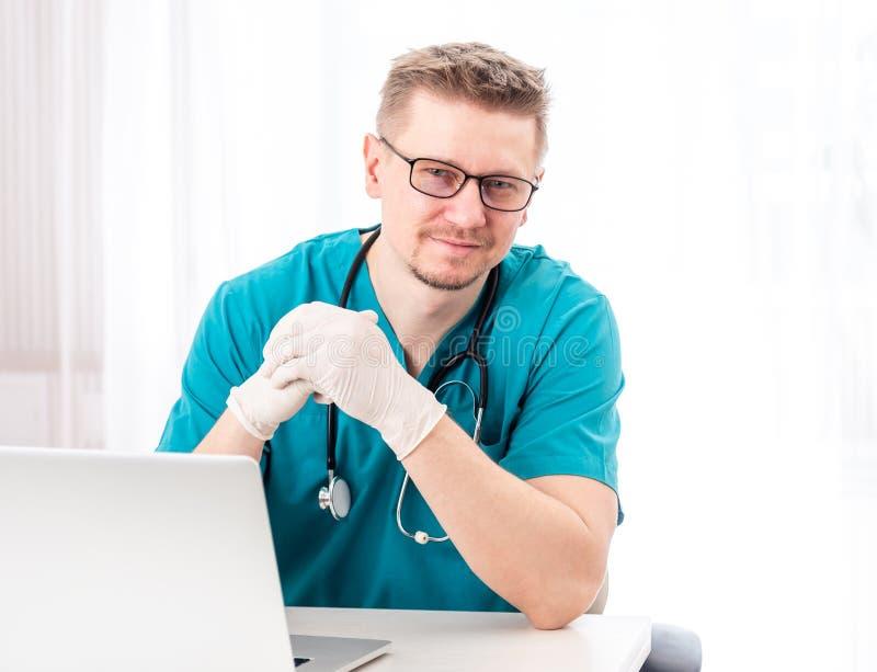 Doctor que se sienta en su gabinete imagen de archivo