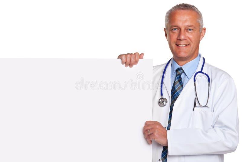 Doctor que sostiene el cartel blanco en blanco aislado fotografía de archivo libre de regalías