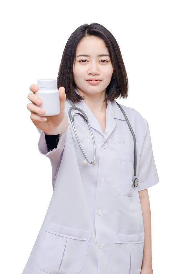 Doctor que sostiene la botella de la medicina sobre blanco imagenes de archivo