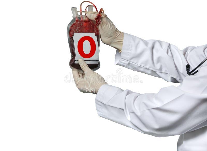 doctor que sostiene un bolso de la transfusión de sangre imagen de archivo libre de regalías