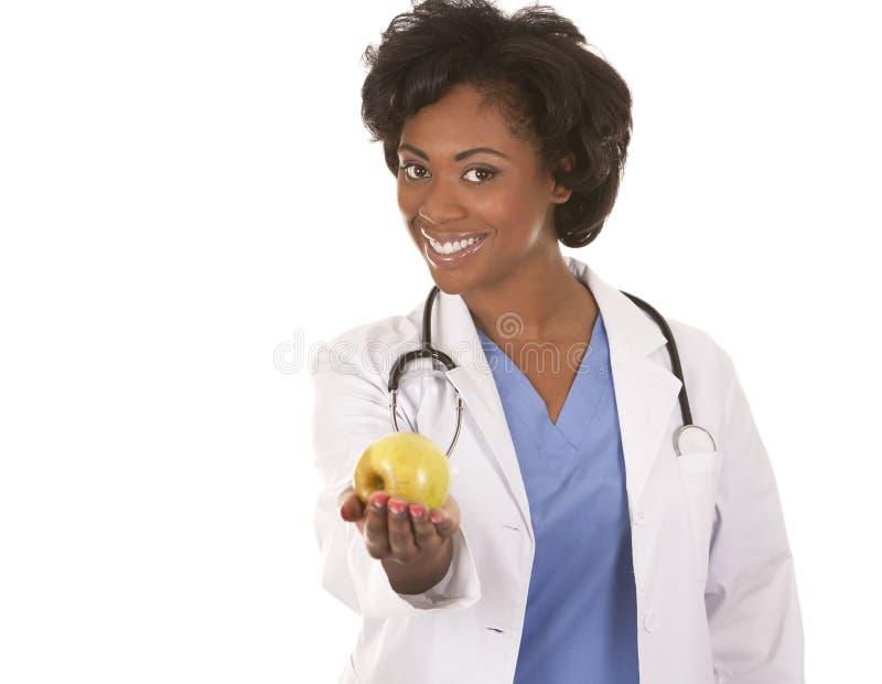 Doctor que sostiene una manzana fotografía de archivo