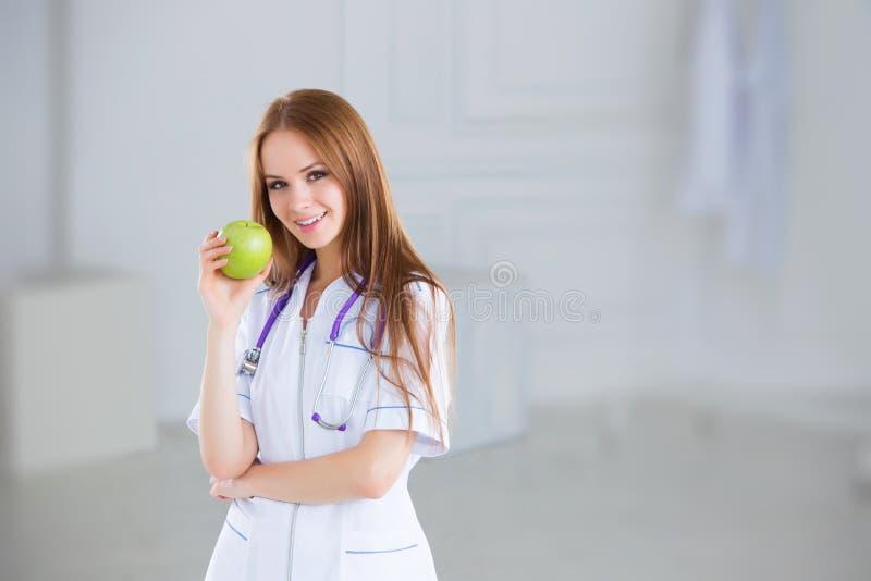 Doctor que sostiene una manzana verde Concepto de alimento sano imagenes de archivo