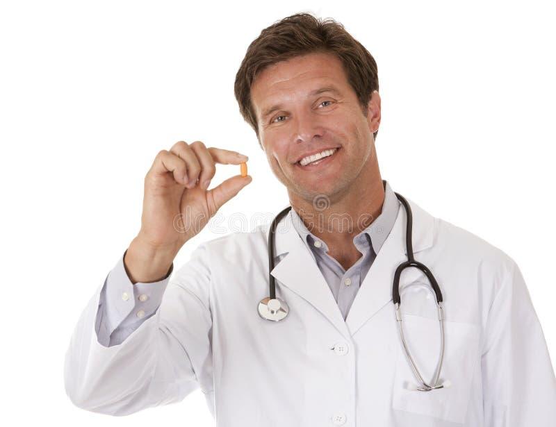 Doctor que sostiene una píldora